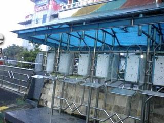 Telephon Umum yang sudah tak ada telephonnya di depan Plasa Telkom Manyar : Merana