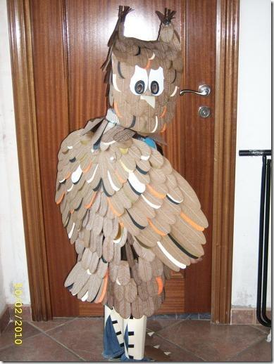 Disfraz de búho hecho por Adela , con bolsa de basura como base y
