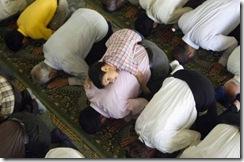 طفل يصلي فوق والده