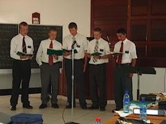 Op het eind van de zoneconferentie hebben de Elders Shakespear, Muse, Croese, Riding, en Baantjer een kerstlofzang gezongen