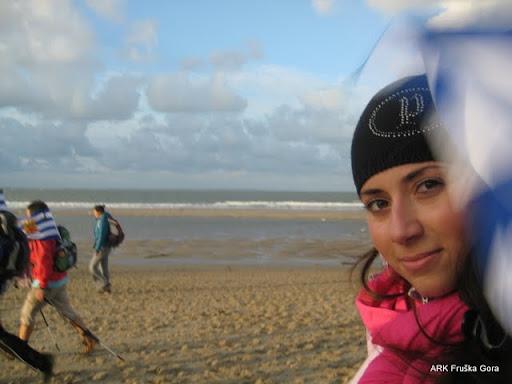 Malo mene na plaži, sa sve kapom i maramom, a svi ostali gologlavi, navikli na vetrove