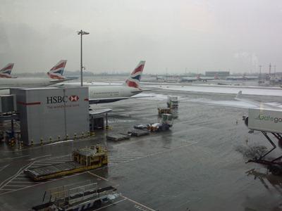 Aeroporto de Heathrow coberto de neve