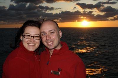 Pôr do Sol em alto-mar, no Atlântico, durante a recolocação do Miracle para o porto de Manhattan. Regulei a velocidade de obturação, abertura da lente, sincronização do flash e depois foi só pedir a um transeunte que carregasse no botão. Adoro esta foto!