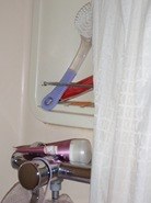 Não ignorar o facto de haver mais tralha sobre a torneira e na prateleira do duche!