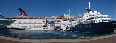O Sensation, navio do Fede, e à direita, azulinho, o navio do bilionário russo dono do Chelsea. O navio dele é grande e um luxo. Até tem um iate e gruas para o meter na água, bem como motas de água e outros barcos que possam ser precisos. Fantástico!
