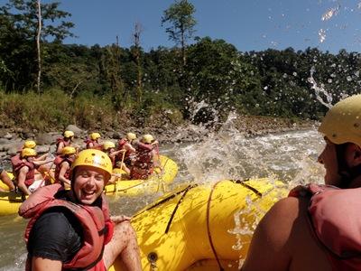 A descer os rápidos do rio Rebentación na Costa Rica.