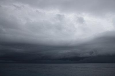 Faz um bocado de confusão quando o céu se mete assim num quarto de hora e às três da tarde parece que são nove da noite. É a vida nas Caraíbas em plena época de furacões!