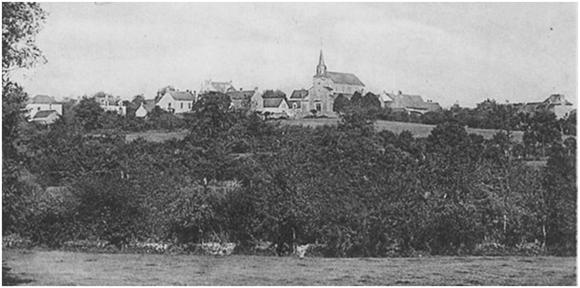 Dominant la campagne, l'église siège du pouvoir spirituel et à droite la maison de la Cour du bourg demeure du juge seigneurial représentant du pouvoir temporel.