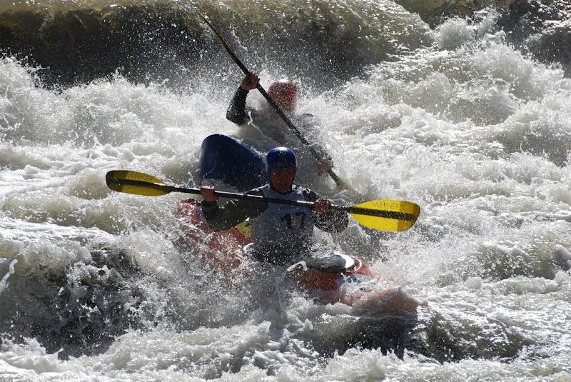 У Яремче рятувальники врятували чоловіка, який під час змагань перекинувся з катамараном