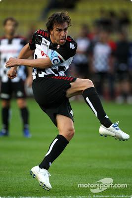 Фернандо Алонсо играет в футбол