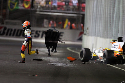 Нельсиньо Пике убегает от быка