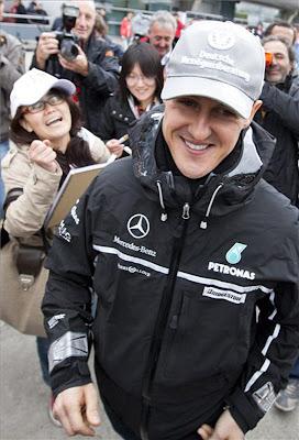 Михаэль Шумахер сбегает от болельщиц