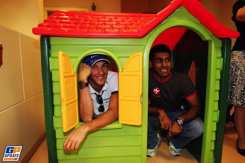 Бруно Сенна и Карун Чандхок в домике