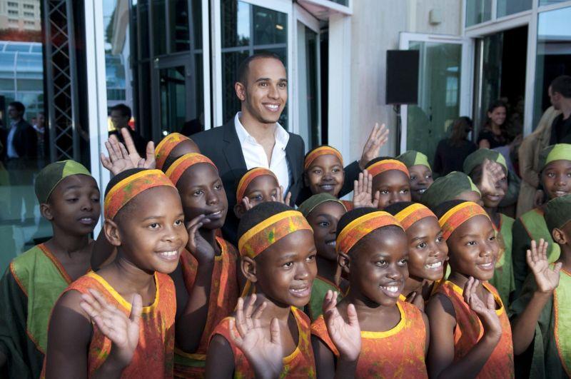 Льюис Хэмилтон и африканские дети