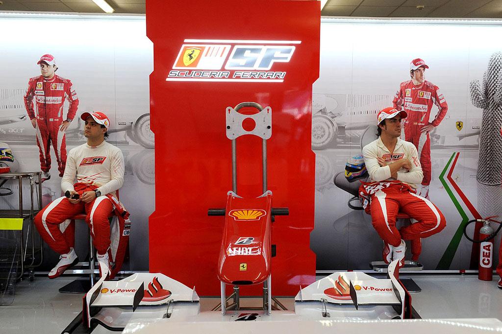 Фелипе Масса и Фернандо Алонсо в боксах Ferrari