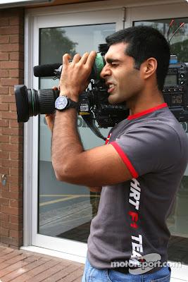 Карун Чандхок с большой камерой