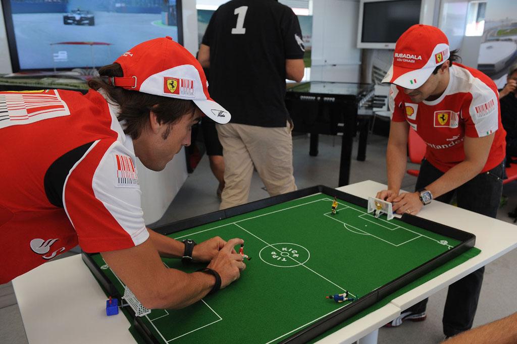 Фернандо Алонсо и Фелипе Масса играют в настольный футбол на Гран-при Европы 2010