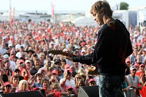 Себастьян Феттель играет на гитаре на публике на Гран-при Великобритании 2010
