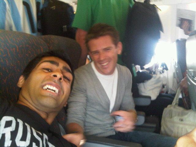 Карун Чандхок и Энтони Дэвидсон в самолете на пути на Венгерский этап