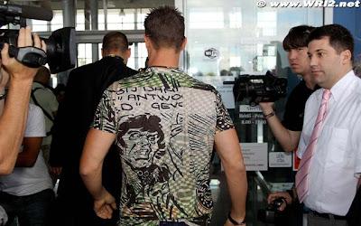 Михаэль Шумахер в забавной футболке на Гран-при Венгрии 2010 вид сзади
