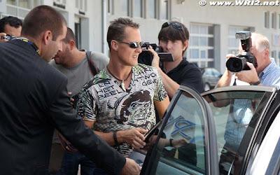 Михаэль Шумахер в забавной футболке на Гран-при Венгрии 2010 вид спереди