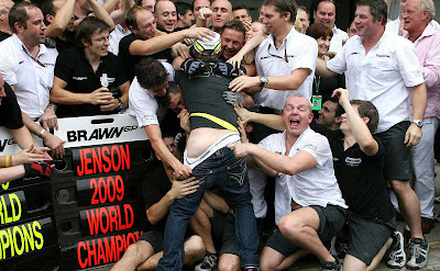 Рубенс Баррикелло празднует победу Brawn GP в чемпионате 2009