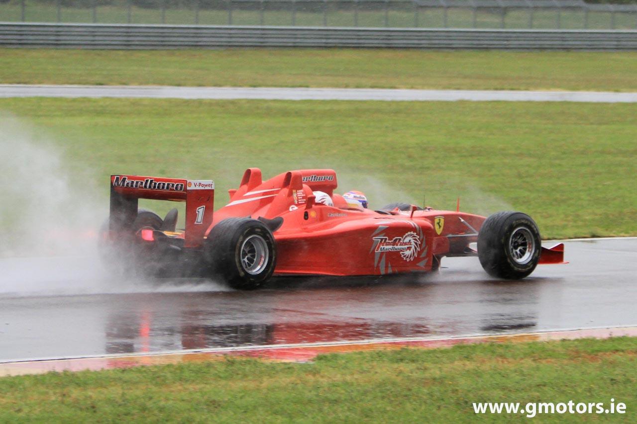 трехместный болид Ferrari вид сзади