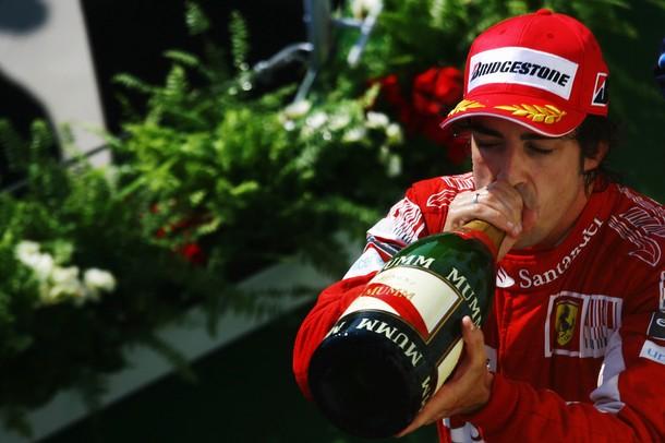 Фернандо Алонсо пьет шампанское на Гран-при Германии 2010