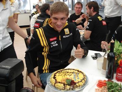 торт от Renault в честь Дня Рождения Виталия Петрова на Гран-при Италии 2010