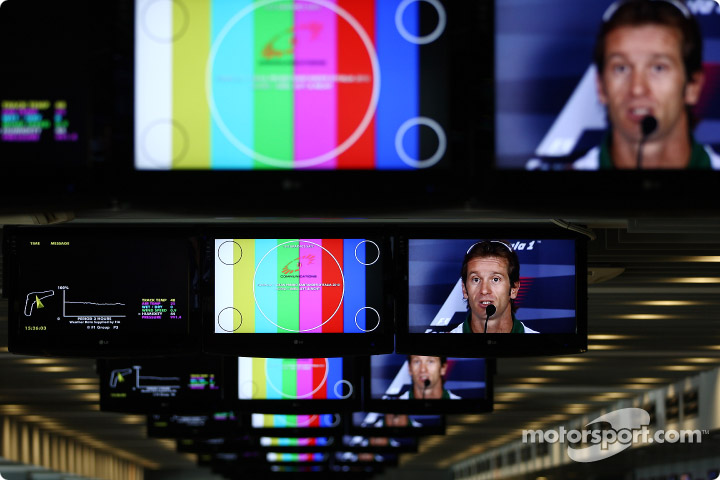 Ярно Трулли в мониторах на пресс-конференции