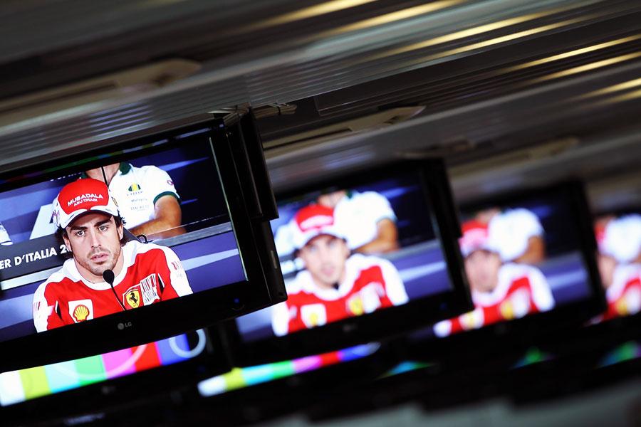 Фернандо Алонсо в мониторах на пресс-конференции
