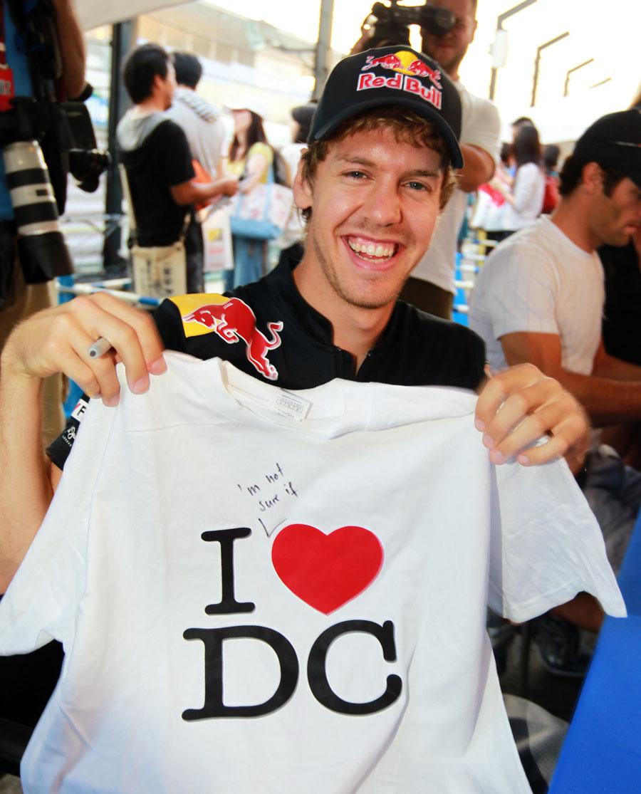 Себастьян Феттель с футболкой Дэвида Култхарда на Гран-при Японии 2010