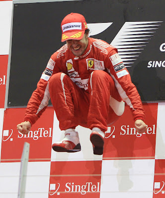 прыжок Фернандо Алонсо на подиуме Гран-при Сингапура 2010