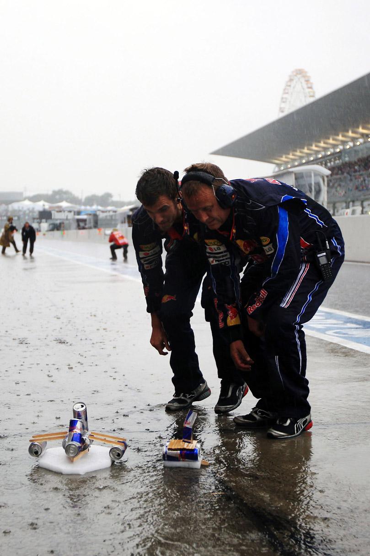 механики Red Bull соревнуются на корабликах на Гран-при Японии 2010