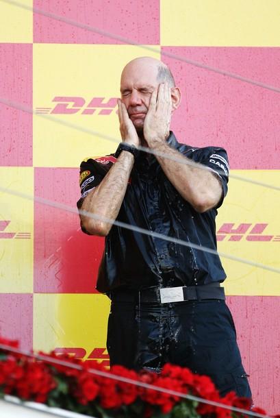Эдриан Ньюи на подиуме Гран-при Японии 2010
