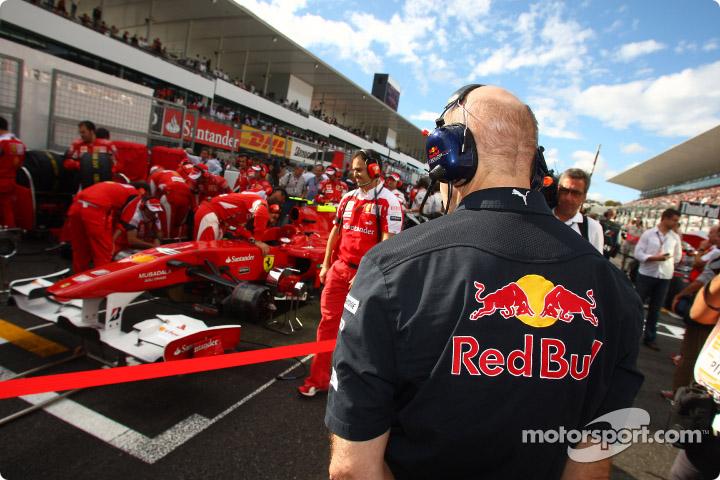 Эдриан Ньюи следит за болидом Ferrari на стартовой решетке Гран-при Японии 2010