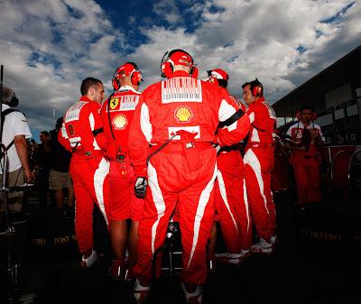 механики Ferrari охраняют свой болид на стартовой решетке Гран-при Японии 2010