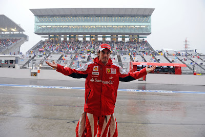 Фернандо Алонсо проверяет наличие дождя на Гран-при Японии 2010