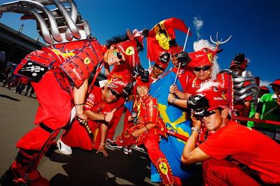 болельщики в невероятных костюмах Ferrari на Гран-при Японии 2010