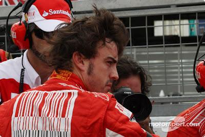 Фернандо Алонсо с растрепанной прической на Гран-при Японии 2010