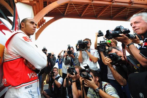 Льюис Хэмилтон позирует для фотографов на Гран-при Кореи 2010