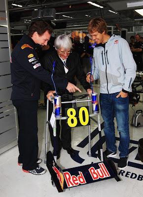 Кристиан Хорнер показывает управление Red Bull ходуль Берни Экклстоуну