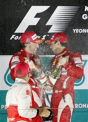 Фернандо Алонсо и Фелипе Масса на подиуме Гран-при Кореи 2010 брызгаются шампанским вместе с Льюисом Хэмилтоным