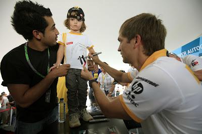 Виталий Петров на автограф-сессии Гран-при Абу-Даби 2010