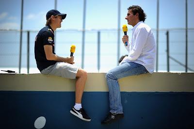 Себастьян Феттель дает интервью на бетонной стене автодрома Интерлагоса на Гран-при Бразилии 2010