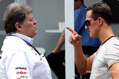 Норберт Хауг и Михаэль Шумахер разговаривают на Гран-при Бразилии 2010