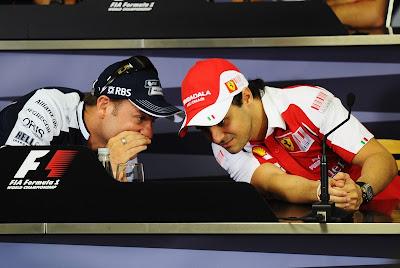 Рубенс Баррикелло и Фелипе Масса о чем-то шепчутся на пресс-конференции Гран-при Бразилии 2010