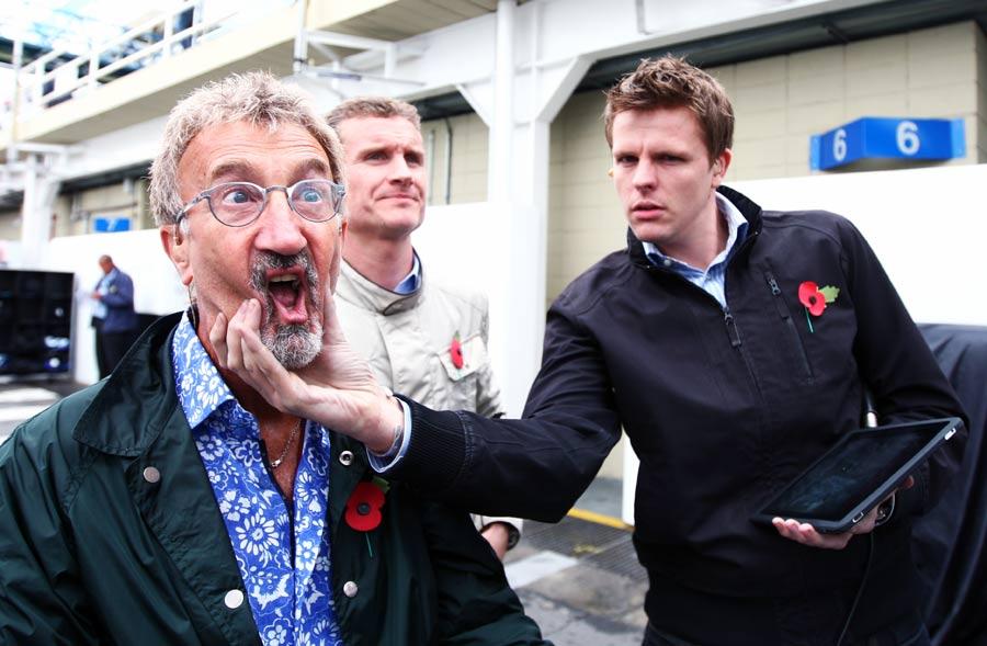 Джек Хамфри берет за щеки Эдди Джордана на Гран-при Бразилии 2010