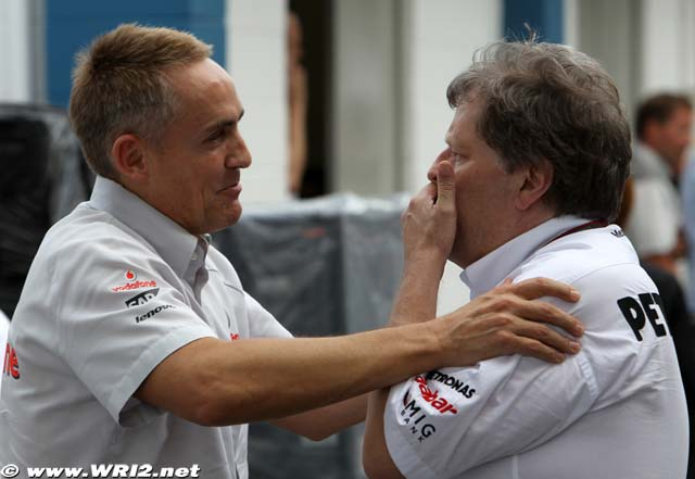 Мартин Уитмарш обнимает Норберта Хауга на Гран-при Бразилии 2010