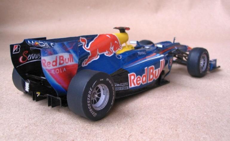 болид Red Bull RB6 из бумаги вид сзади